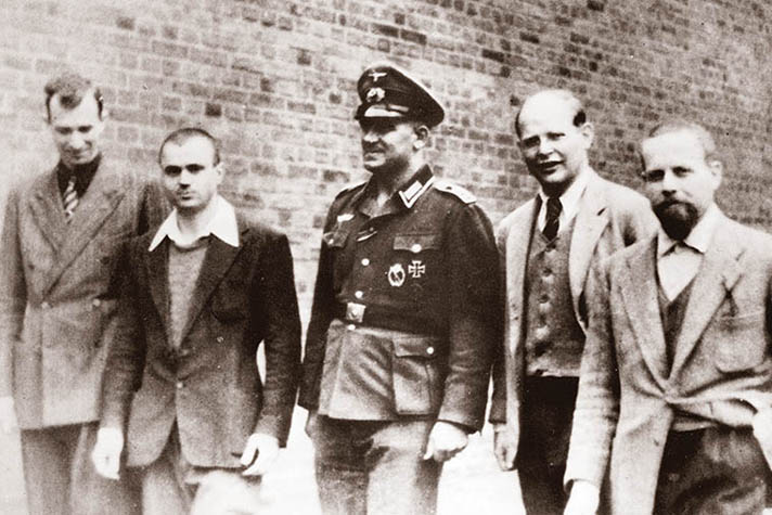 1-B671-F1944 (1733) Bonhoeffer with Italian inmates / Berlin Bonhoeffer, Dietrich; German theologian & resistance fighter; 1906 - (executed) 1945. - Bonhoeffer at the Wehrmacht prison in Tegel, Berlin, with fellow inmates of the Italian airforce. From left to right: Mario Gilli, Dante Curcio, Oberfeldwebel Napp, Bonhoeffer, Edmondo Tognelli. // Photo, early summer 1944. (Newscom TagID: akgphotos174885.jpg) [Photo via Newscom]
