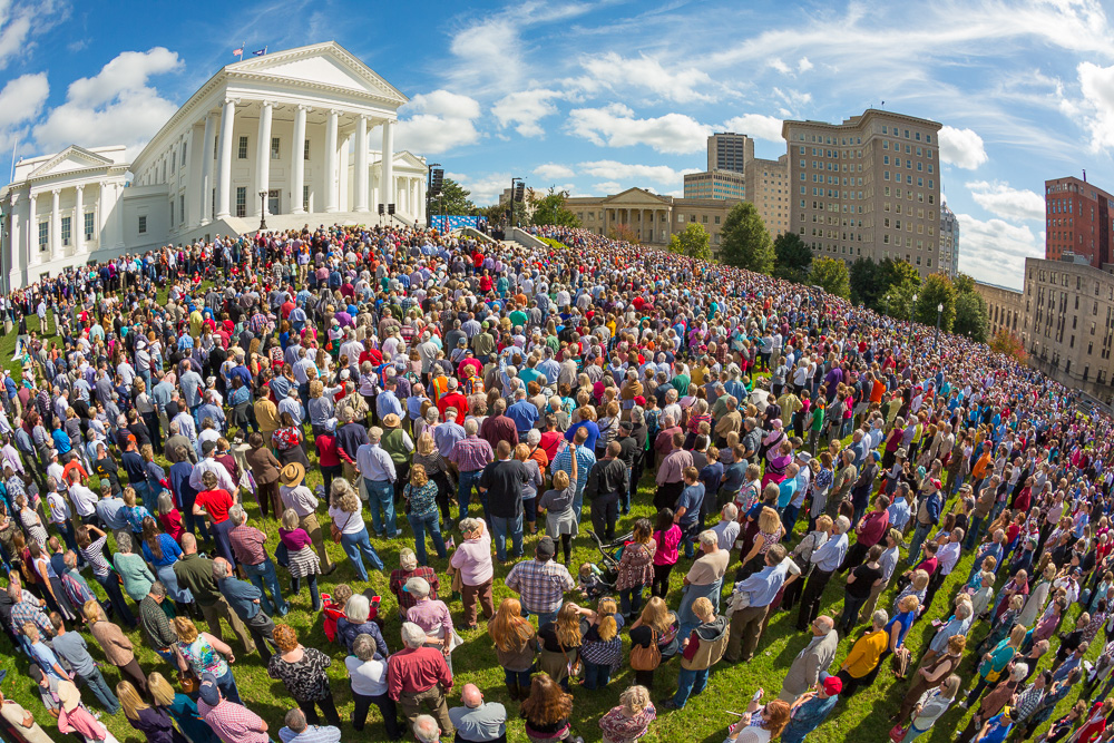 Virginia State House with large crowd standing in front of it. Estimated to be 8,200 people