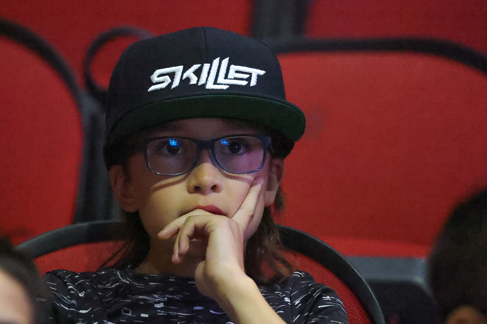 young skillet fan listens