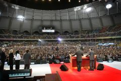 Franklin Graham at his first evangelistic Festival in Korea that drew 325,330 people over four days (2007).