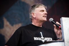 Franklin Graham speaks to crowd of 65,000 youth at the Rock the River Tour stop under the Arch in St. Louis (2009).